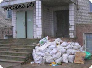 Строительный мусор у подъезда в ЮЗАО